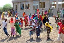 O'Learys medarbetare möter skolbarn i Etiopien