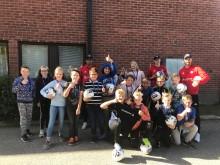 Årets 130 bollar utdelade till 10 skolor, här ser du besöket på Björkbergs skola