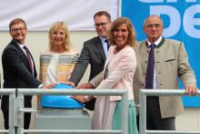 """""""Leuchtturm-Projekt für die Wasserkraft"""" – Ulrike Scharf weiht Öko-Wasserkraftwerk Baierbrunn ein"""