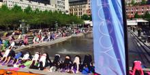Över 1000 yogis intar Kungsträdgården