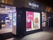 Una piruleta gigante preside el escaparate de Sony Store