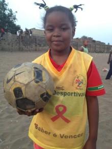 En kommande fotbollsstjärna i Moçambique och hennes fantastiska mamma