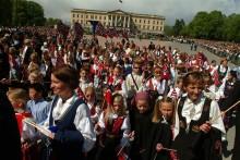 Tiotusen barn firar norska nationaldagen i paradtåg