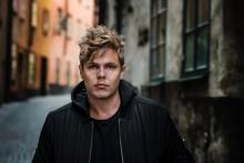 Johan Klingwall skriver avtal med Warner Music och släpper singel