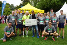 Mitarbeiter des Sutter Telefonbuchverlags bringen 1.500 Euro für die Krebsberatung Essen ins Ziel