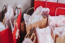 Hälften av svenskarna kan tänka sig färre julklappar - var femte kan tänka sig att avstå helt och hållet från julklappshandeln