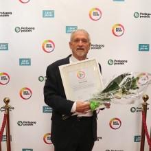 """Lärarvikarien Michael Smith 68 år (Umeå) tilldelas priset """"Årets Senior"""" för sina insatser inom skola"""