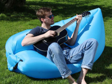 Chilla i sommar med Lubbis uppblåsbar loungesoffa