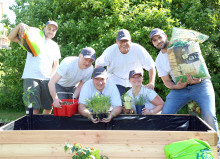 Gartenhandschuhe statt Business Look: Tag der Tat in Langenneufnach