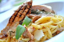 Recept - Salvia- & vitlöksfylld kycklingfilé med linguini och kantareller