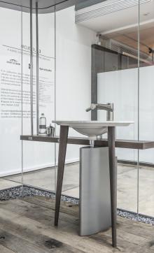 """Die """"Kapsel der Sinne"""" der Architektenbrüder Knoll: Rundum Glas und mittendrin die händetrocknende Armatur"""
