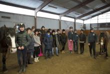 Nyanlända och etablerade tjejer går på Gothenburg Horse Show tillsammans genom projektet Min Nya Vän