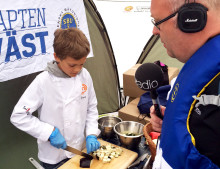 Kapten Väst tillbaka i Radio P4 Stockholm - delar ut flytvästar i skärgården i sommar