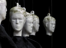Världsteatern tolkad i porslin i en ny utställning av Torsten Jurell