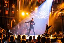 """Publiksuccé och stående ovationer för Peter Jöbacks popteater  """"Med Hjärtat Som Insats"""""""