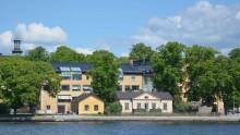 Utrikeshandelsminister Ann Linde delar ut diplom till student från Kungl. Konsthögskolan