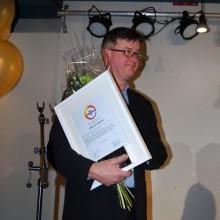 "Mikael Cederqvist 57 år (Vällingby) får priset ""Årets Gymnasieprofil"" för sina vikarieinsatser inom gymnasieskola"