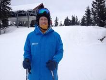 Richard Quest tester skiene i Oslo Vinterpark