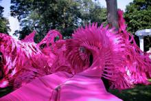 2000 neonrosa plastbitar inbjuder till lek på IDEON