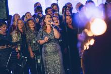 Evelina Gard och Sharon Dyall sjunger in julen