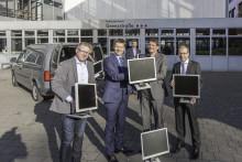 200 Monitore für Bremer Schulen - Senatorin Claudia Bogedan nimmt Spende der hkk entgegen