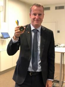 Anders Ygeman delade ut medalj till Hack for Sweden