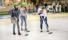 Elever får prova nya idrotter – Här testar Tycho Braheskolan curling