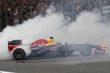 Vettel vinner årets finalrace med två depåstopp