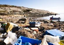 Sörmlands Sparbank skänker tygkassar för att uppmärksamma problemen med plast i haven