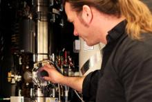 Gäckande atomvandring fångad med elektronmikroskopi