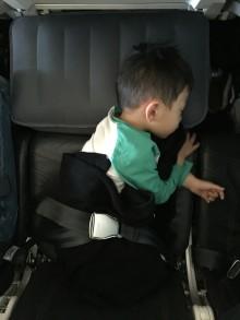 Flygstolsdynan Fly-Tot gör om flygplansstolen till en säng för de små