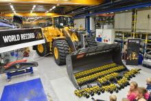 Små LEGO-hjullastare firade jubileum med världsrekord hos Volvo Construction Equipment
