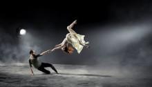 Banbrytande dans – snabbt roterande golv och hisnande flygningar