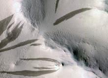 Strimmor- tecken på ytterligare vatten på Mars