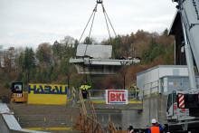 Hochmoderne Turbine im Wasserkraftwerk Baierbrunn eingehoben