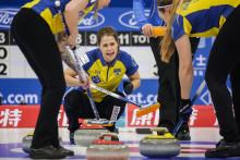 Curling-VM: Övertygande seger mot Italien i premiärmatchen