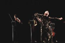 Danskonsert med tre dansare och 13 musiker