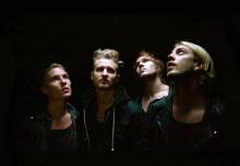 Svenska bandet Join The Riot spelar in nya skivan i glasbur mitt i Stockholm!