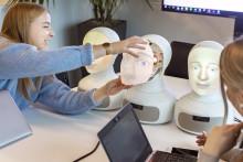 74 % bland chefer och HR-specialister kan tänka sig använda social AI-robot vid rekrytering