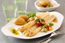 Rezept: Gegrillter Spargel mit Avocado-Tomaten-Vinaigrette