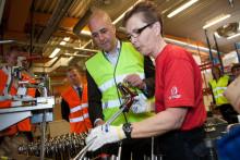 Fredrik Reinfeldt på besök när Ostnor flyttar tillverkning från Kina till Mora