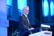 Paul Breitner überreicht Felix Burda Award für Betriebliche Prävention
