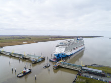 Norwegian Bliss begins her conveyance up river Ems