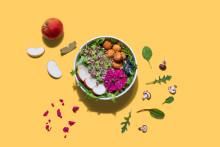 Gyllene veganbollar och gamla grödor bland höstens salladsnyheter