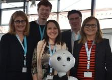 Neugierig, hilfsbereit und selbstständig - Roboter Pepper zu Gast bei Management-Hochschule Eleganz trifft auf Digitalisierung - und sorgt für Begeisterung in der Hochschul-Aula