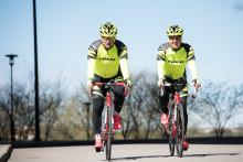 Måns Möller och Christer Skog i blåsväder när de cyklar genom Europa för Insamlingsstiftelsen Viggo Foundation