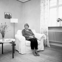 Konstfoton av mogna kvinnor i en tankeprocess
