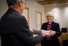 Kyrkohandboksförslaget överlämnat till kyrkostyrelsen