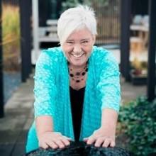 Singeleventfixaren Helen Andersson efterlyser fler män till populärt midsommarfirande!