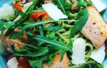 Korshags recepttips: Pasta pesto med grillade laxkuber & parmesanost